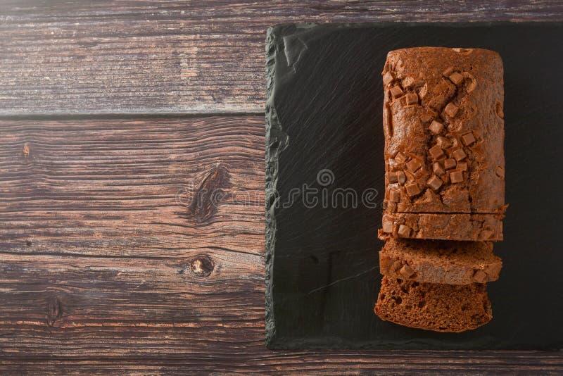 G?teau de chocolat Vue supérieure de gâteau de livre avec des puces de chocolat, fond en bois images libres de droits