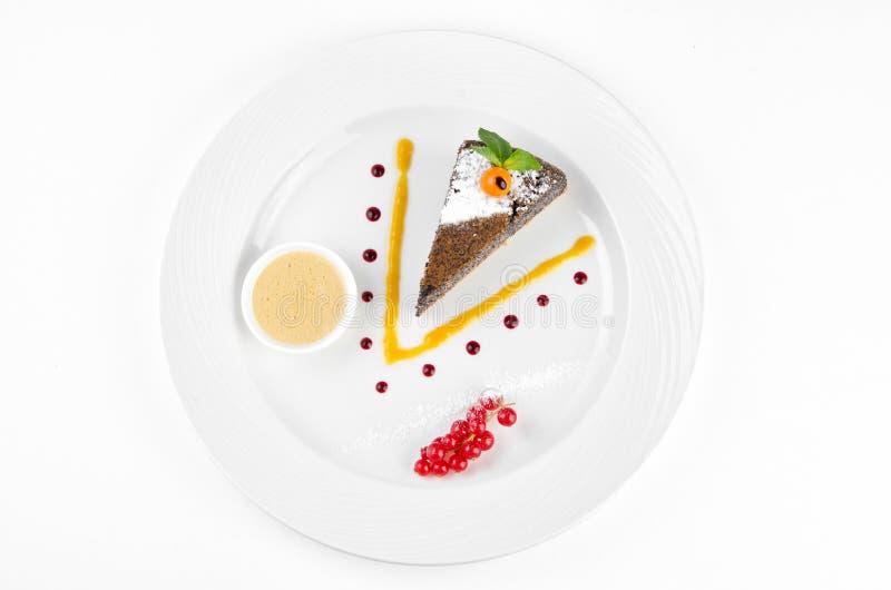 G?teau de clou de girofle avec l'alk?kenge, la groseille rouge et la sauce ? vanille image libre de droits
