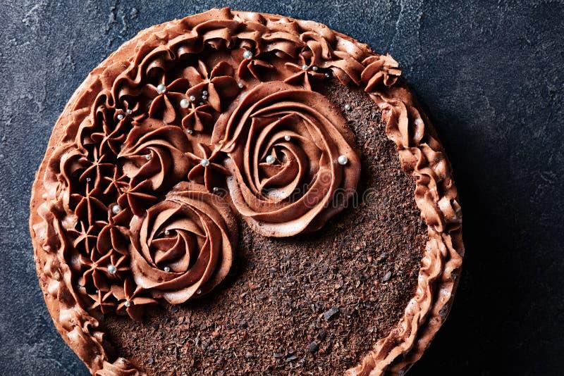 G?teau de f?te de meringue de chocolat sur une table photographie stock
