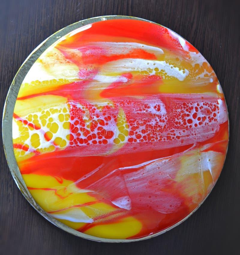 G?teau de marbrure rouge, blanc et jaune de mousse de lustre de miroir G?teau fait maison avec le lustre de miroir de l?opard Des illustration de vecteur