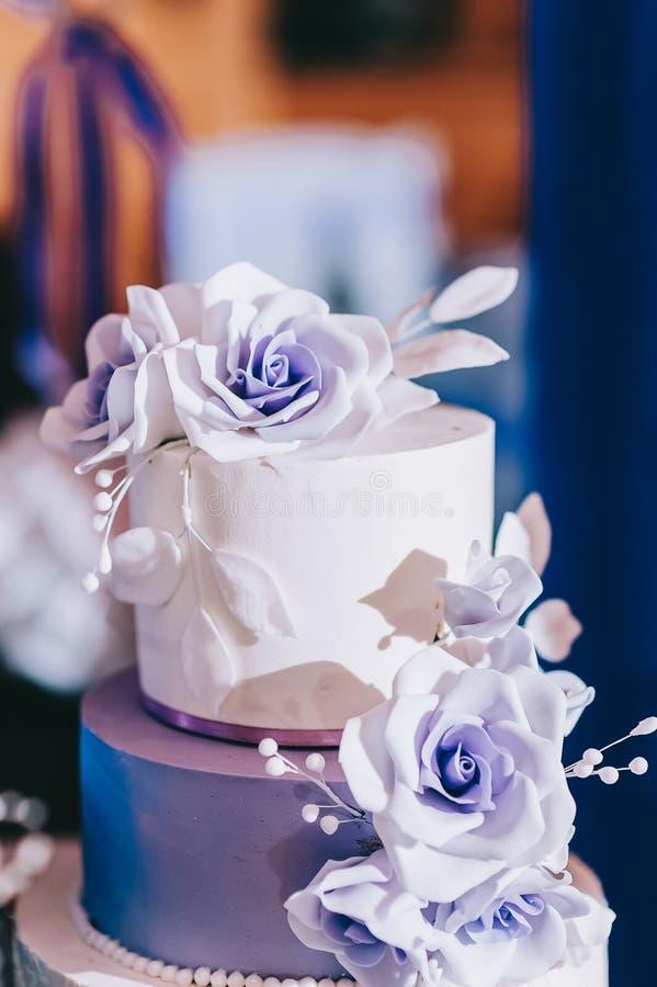 G?teau de mariage avec le bleu de turquoise beige jaune de fleurs photo stock