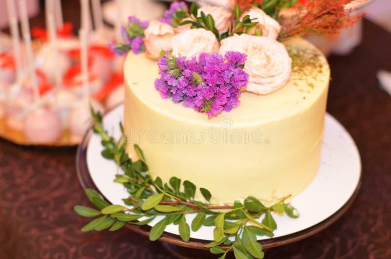 G?teau de mariage d?cor? des fleurs image stock