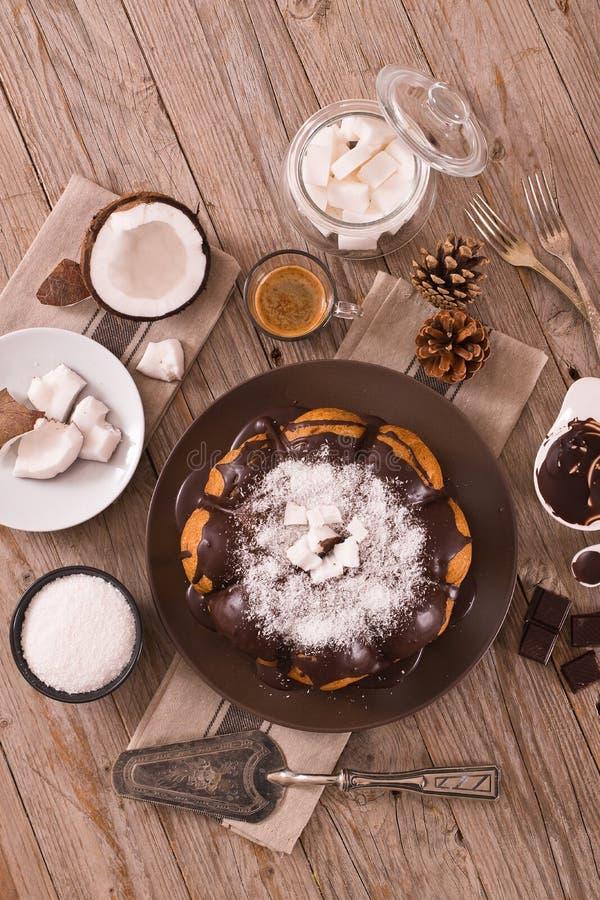G?teau de noix de coco de chocolat images stock