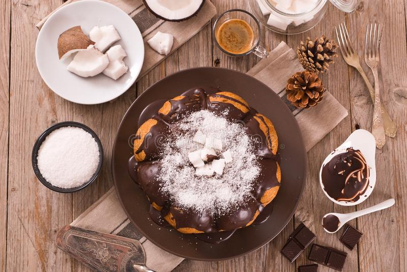 G?teau de noix de coco de chocolat photographie stock libre de droits