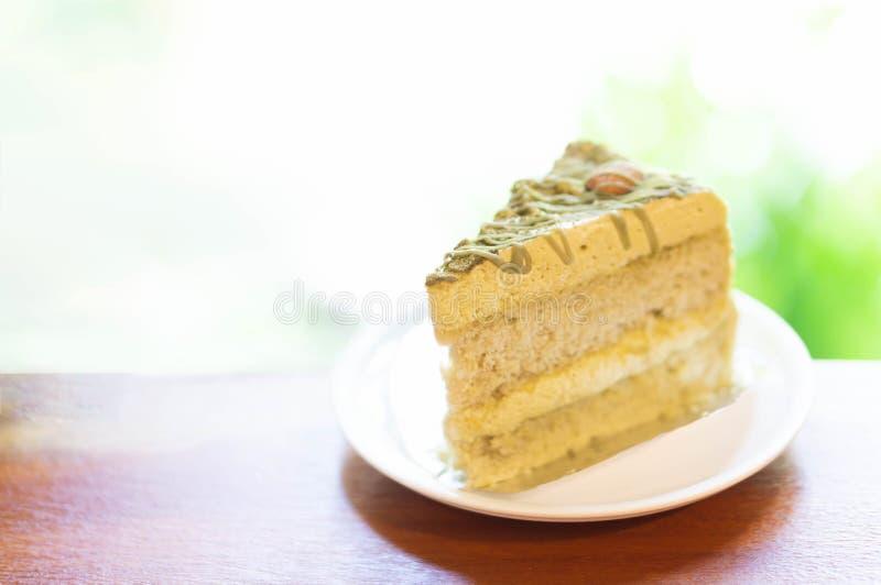 G?teau de th? vert de matcha de plan rapproch? dans le caf? avec le fond de nature photographie stock libre de droits