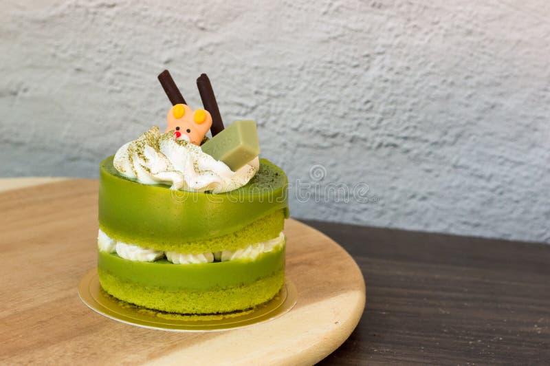 G?teau de th? vert plac? sur un plat en bois image libre de droits