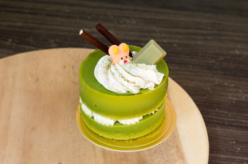 G?teau de th? vert plac? sur un plat en bois photo stock