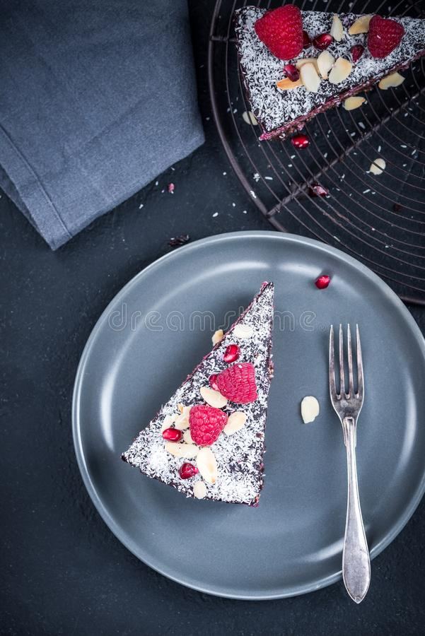 G?teau ou torte fait maison de framboise de Helthy et de graine de chia photo libre de droits