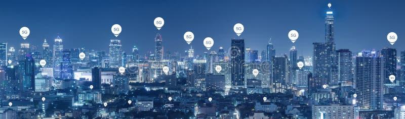 5G technologieconnectiviteit op de communicatie van de stadswereld achtergrond stock afbeeldingen