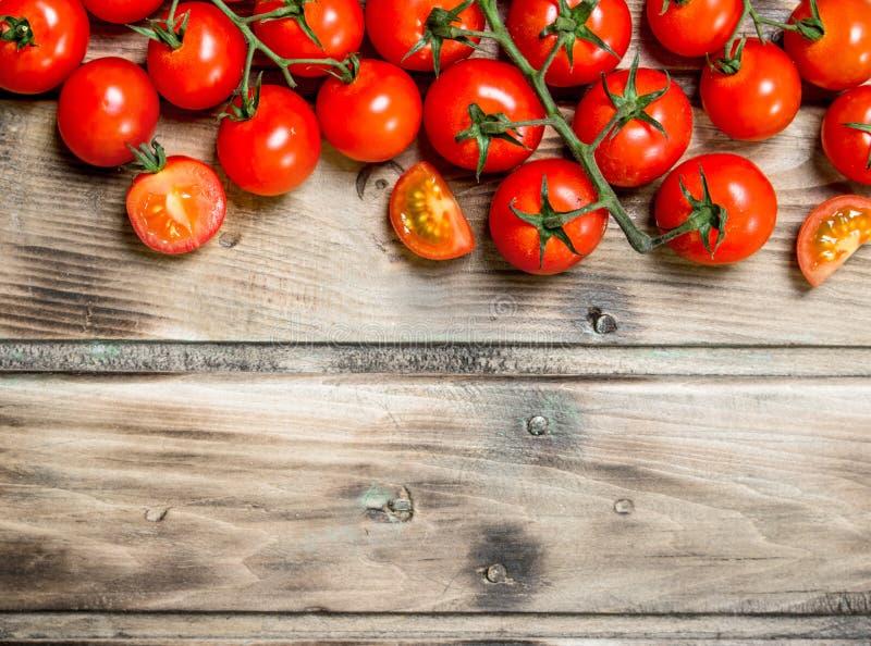 gałęziaści dojrzali pomidory zdjęcie stock