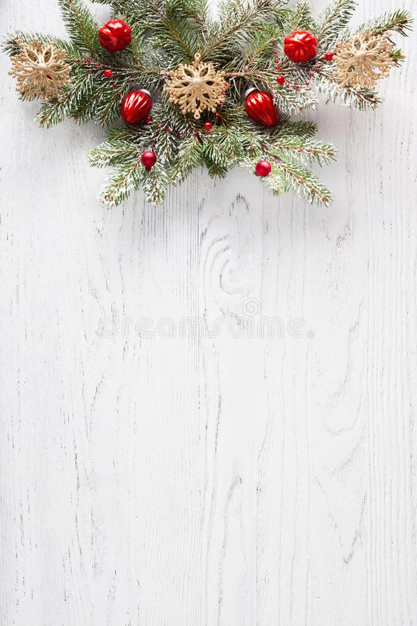 Gałąź Fir z ozdobą bożonarodzeniową na białej, drewnianej desce z kopią do tekstu Płaska warstwa Tło świąteczne zdjęcia royalty free