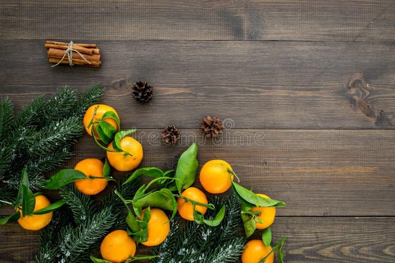 Gałąź mandarynki, jedlinowy drzewo i cynamon dla świętowania na drewnianym tło odgórnego widoku mockup, nowego roku i bożych naro obraz royalty free