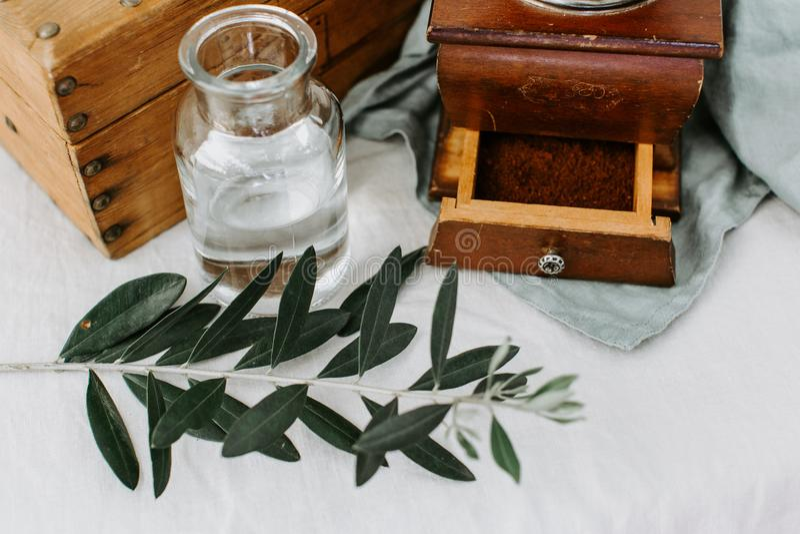 Gałązka oliwna, kawa na nieociosanym przełazie obraz royalty free