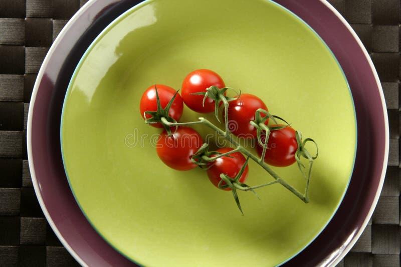 gałęziaści czereśniowej czerwieni pomidory obraz royalty free