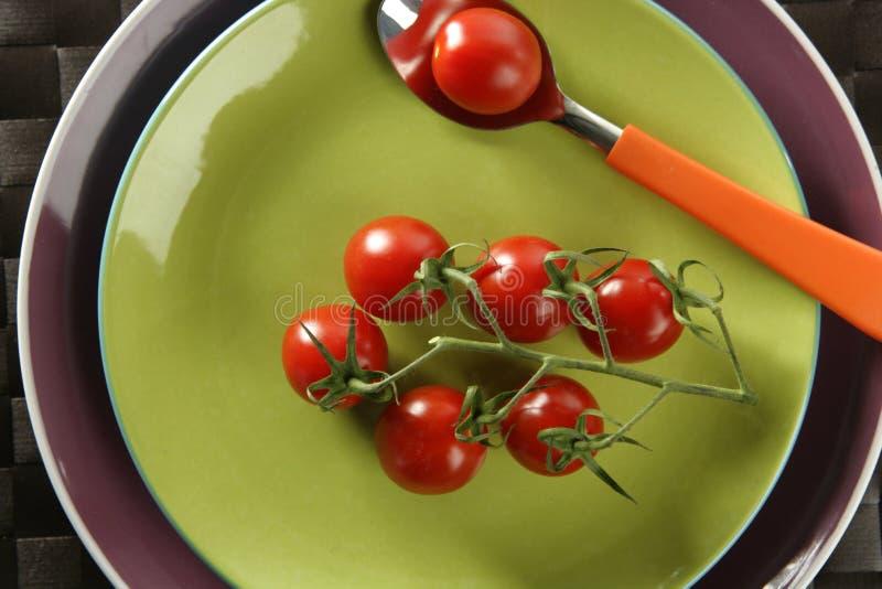 gałęziaści czereśniowi naczynia zieleni czerwieni łyżki pomidory zdjęcie stock