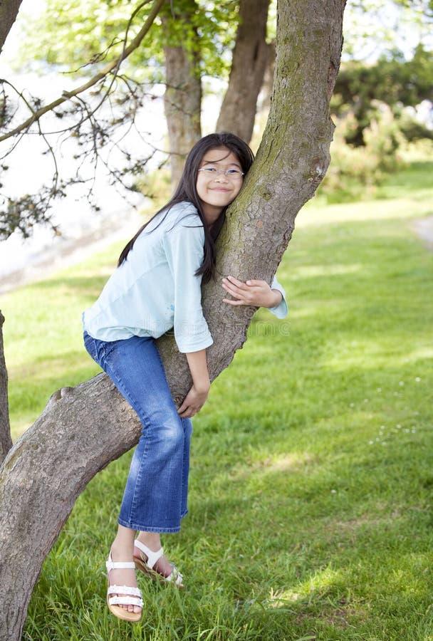 gałęziastej dziewczyny odpoczynkowi drzewni potomstwa obraz royalty free