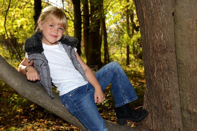 gałęziastej dziewczyny odpoczynkowy drzewo zdjęcie royalty free