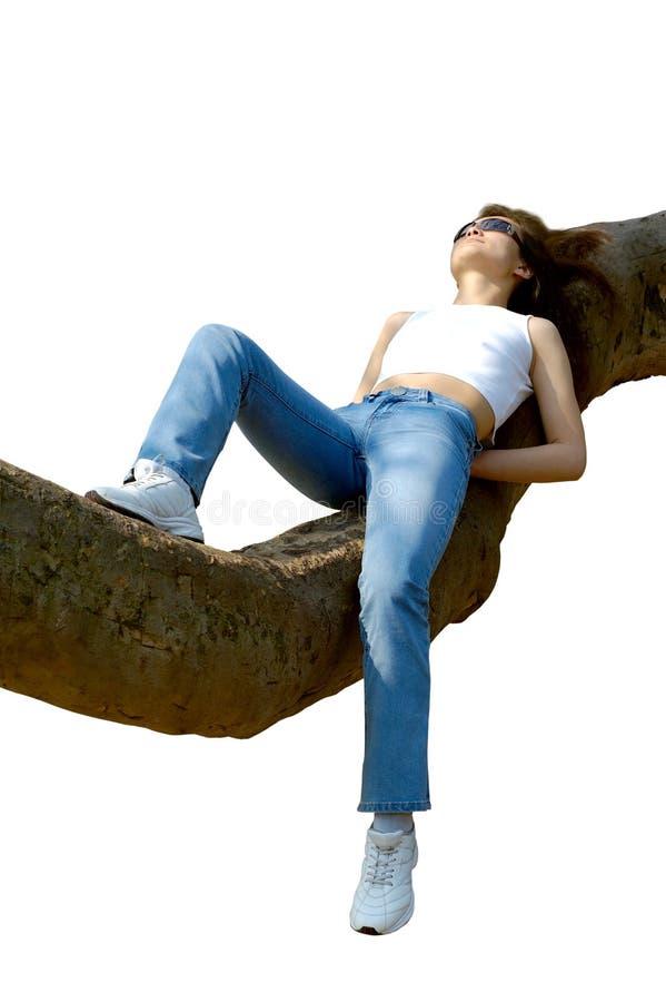 gałęziastej szczęśliwy dziewczyny na zewnątrz odizolowane spokojnie drzewo zdjęcie stock