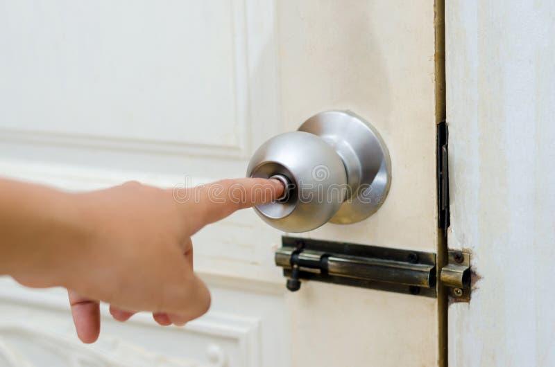 Gałeczki drzwiowa drewniana drzwiowa Biała nierdzewna drzwiowa gałeczka lub rękojeść, ręka obrazy royalty free