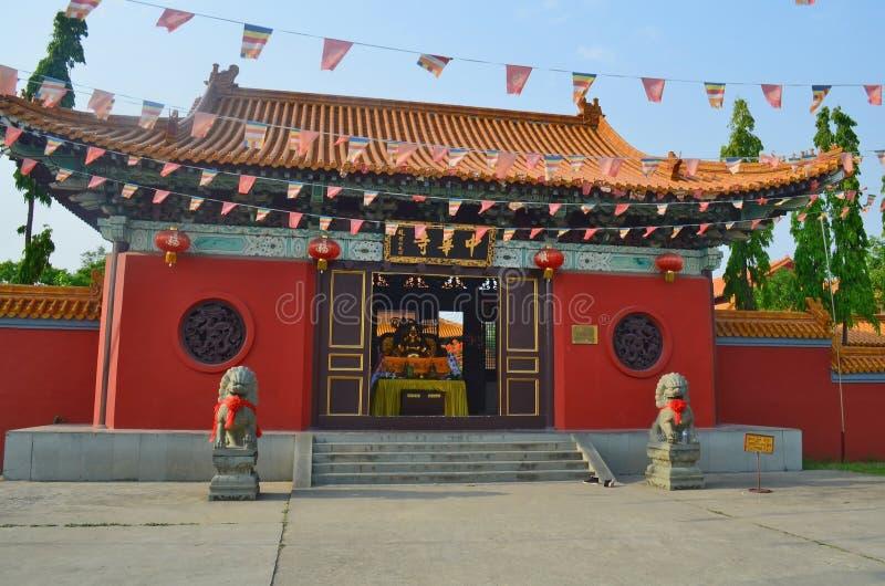 Ga aan Chinese Boeddhistische tempel in Lumbini, Nepal binnen - geboorteplaats van Boedha stock foto
