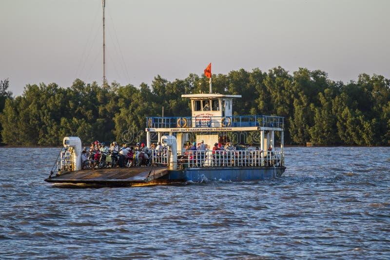 GA CONG, VIETNAM - MEI 07, 2016 - Toeristen en auto's op een veerboot worden en voor Go Cong Isle, Tien Giang-provincie, Vietn wo stock afbeelding