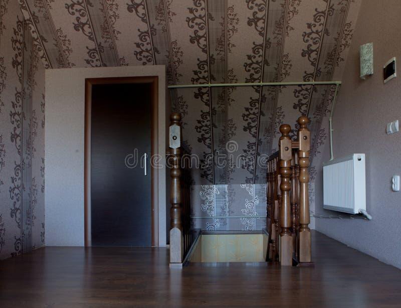 Ga de houten treden aan het parterre van het huis weg royalty-vrije stock afbeelding