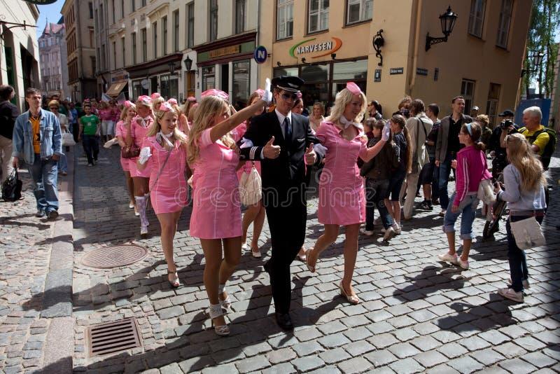 Ga de parade van de Blonde in Riga stock fotografie
