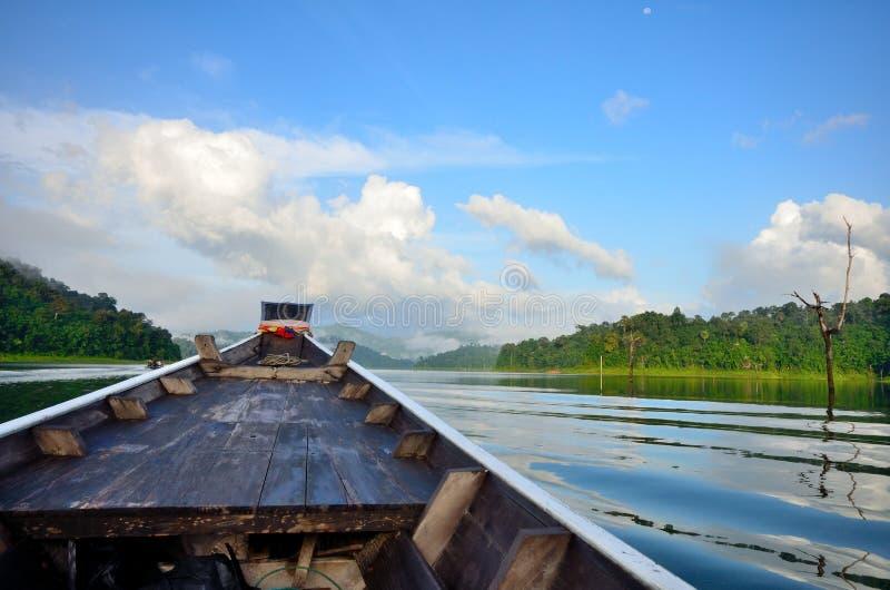 Ga in de wildernis door lange staartboot. stock fotografie