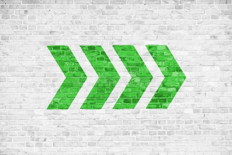 Ga groene richtingpijltekens die die richting richten op een witte grijze de textuurachtergrond van het bakstenen muuruithangbord vector illustratie