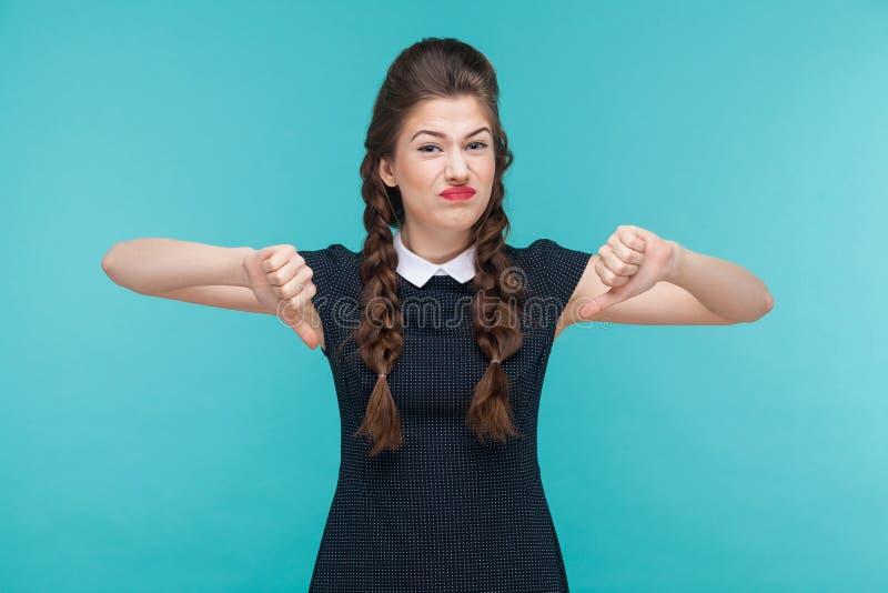 Ga jonge vrouw aantonen afkeerteken niet akkoord stock afbeeldingen