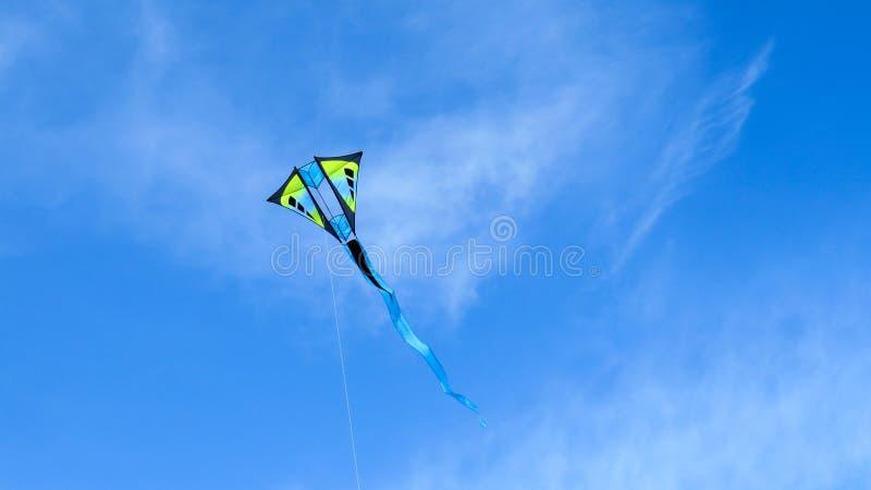 Ga vlieg een vlieger op een zonnige dag stock foto's