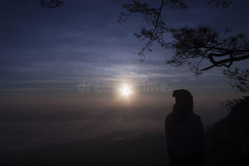 Ga zien de zonsopgang in Phu Kradueng, Thailand royalty-vrije stock foto