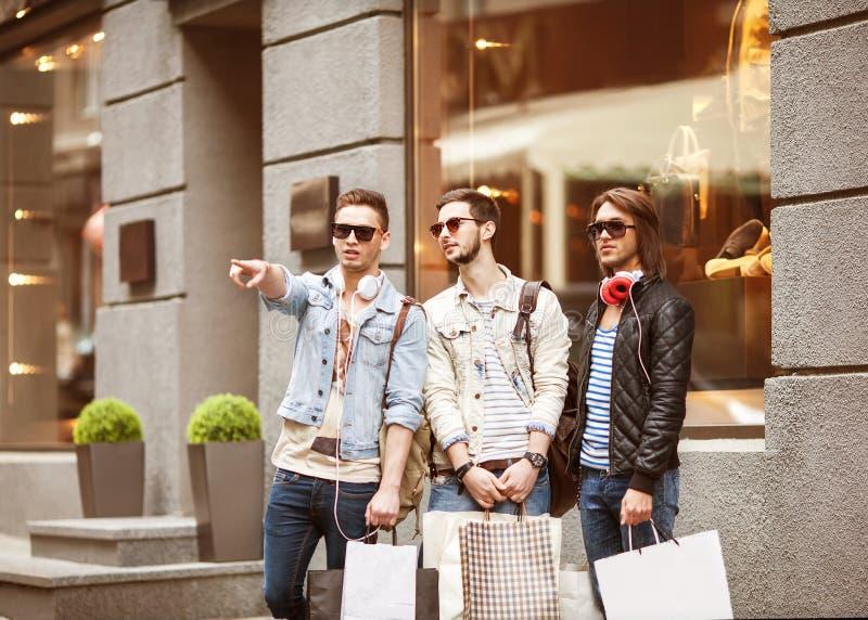 Gaan de manier jonge kerels winkelend stock fotografie