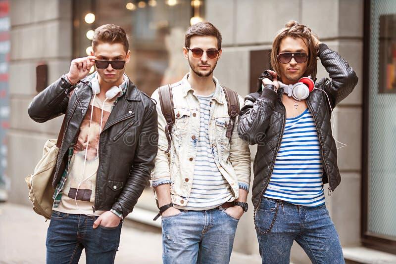 Gaan de manier jonge kerels winkelend royalty-vrije stock foto