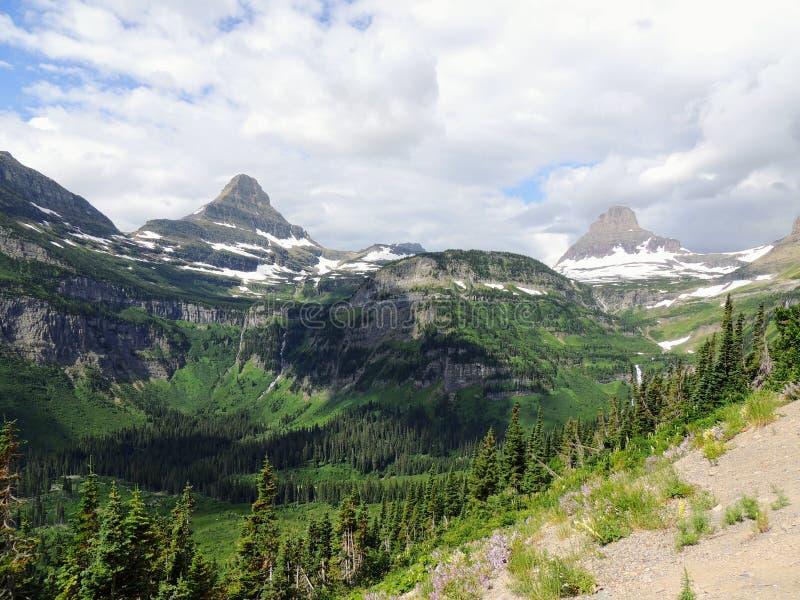 Gaand naar de Zonweg, Mening van Landschap, sneeuwgebieden in Gletsjer Nationaal Park rond Logan Pass, Verborgen Meer, Highline-S royalty-vrije stock afbeelding