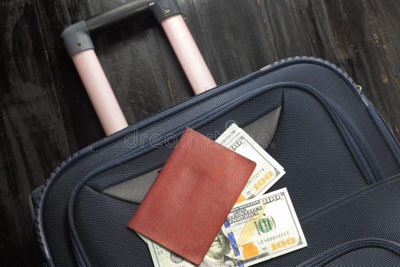Gaand op vakantie, een zak van gelddollars en een paspoort royalty-vrije stock afbeelding