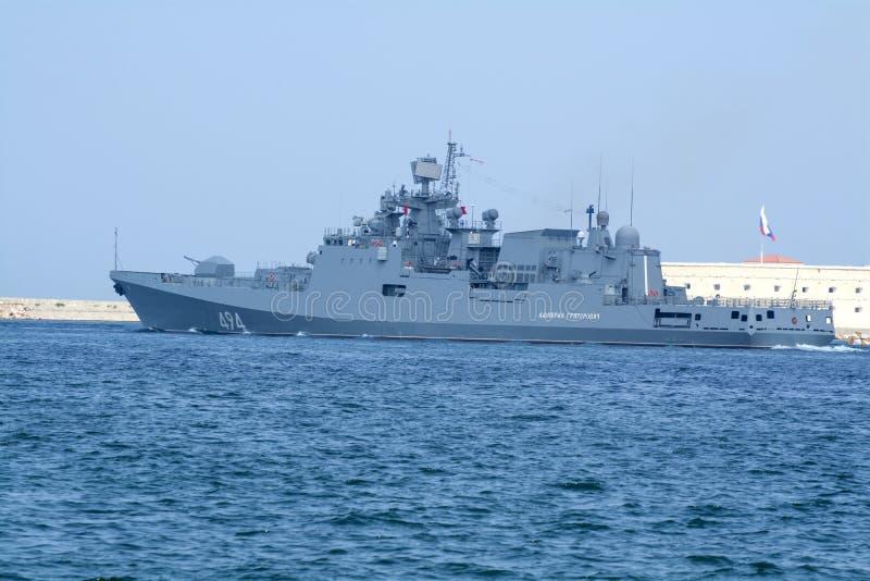 Gaat de fregat nieuwe generatie van zeekrachten van Rusland Seva over royalty-vrije stock foto