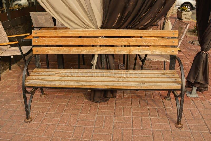 Gabarits un en bois bruns sur le trottoir près des rideaux d'une terrasse d'été image libre de droits