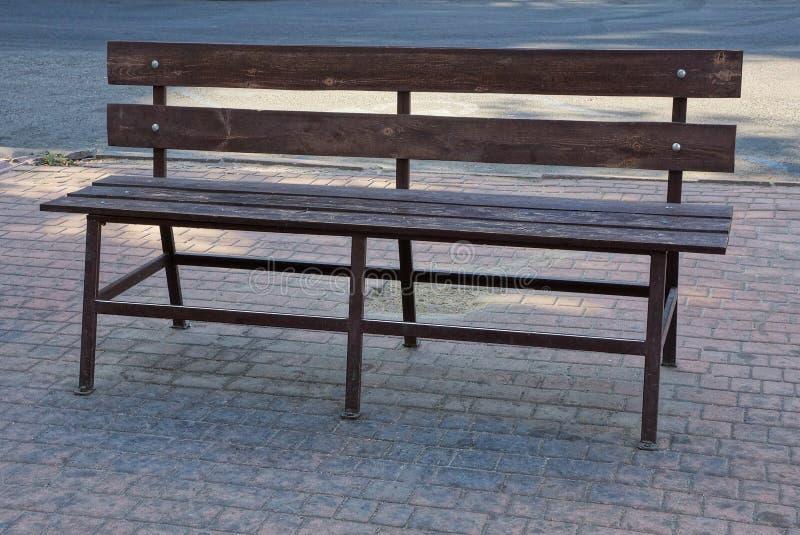 Gabarits un en bois bruns sur un trottoir gris dehors photos stock