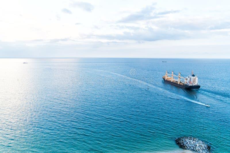 Gabarra con las grúas para cargar Concepto del astillero Navegación a Miami Gabarra gigante con los barcos Miami la Florida trans imagenes de archivo