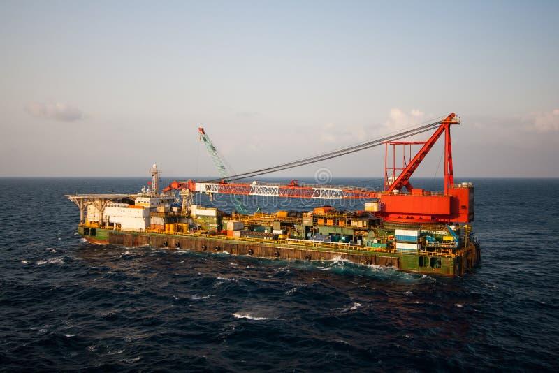 Gabarra de la grúa que hace la instalación pesada marina de la elevación fotografía de archivo