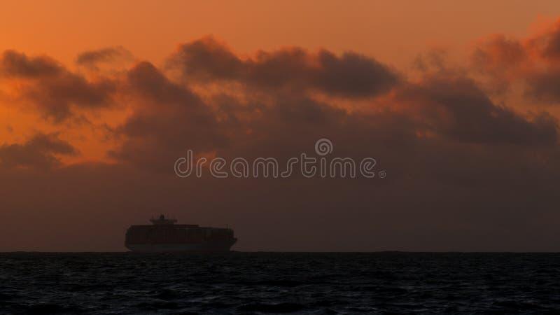 Gabarra de la puesta del sol del océano de California imágenes de archivo libres de regalías