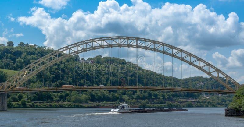 Gabarra del carbón en el río de Allegheny foto de archivo libre de regalías