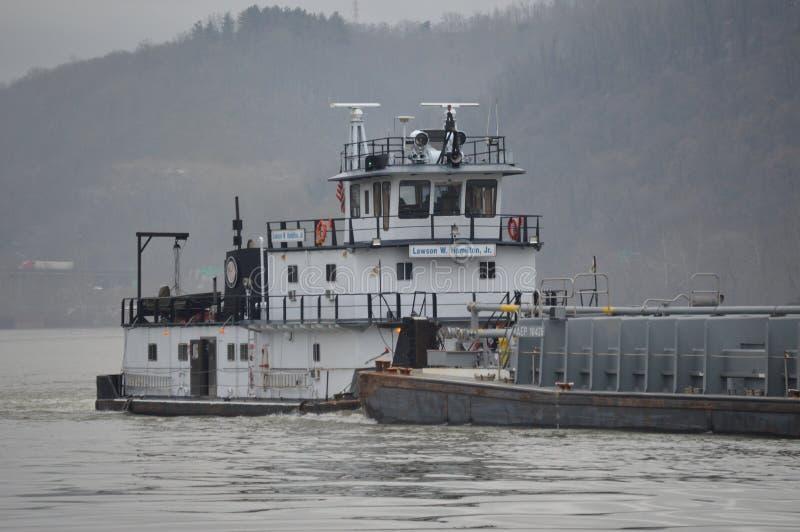 Gabarra del carbón que va abajo del río Ohio fotos de archivo libres de regalías