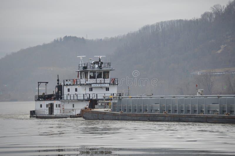 Gabarra del carbón que va abajo del río Ohio imagenes de archivo