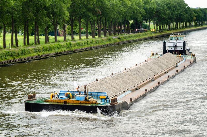 Gabarra del río cargada con grava imagen de archivo