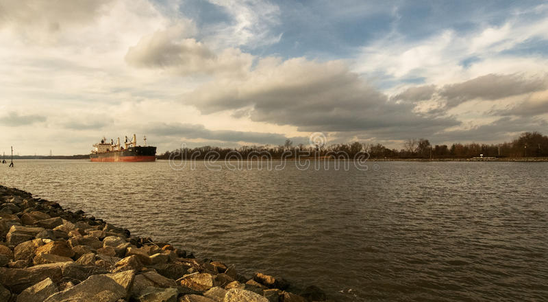 Gabarra en el río Delaware, DE, los E.E.U.U. del tomador Visión lejana fotografía de archivo