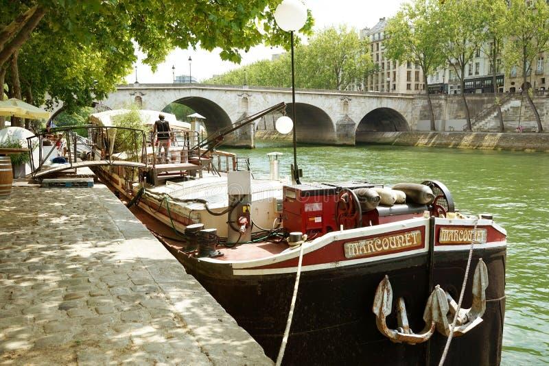 Gabarra río Sena París Francia del restaurante imagenes de archivo