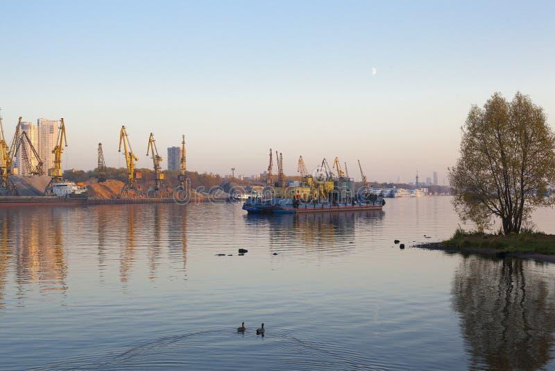 Gabarra y grúas de construcción en un río foto de archivo libre de regalías