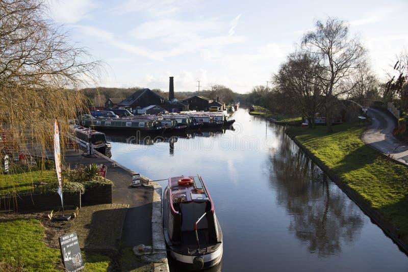 Gabarras y edificios del canal en el empalme de Norbury en Shropshire, Reino Unido imagen de archivo